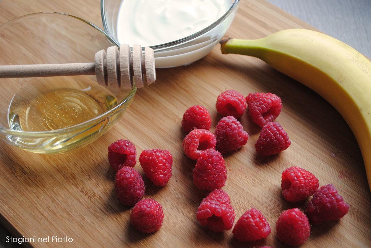 Ingredienti budino di yogurt con banana e lamponi
