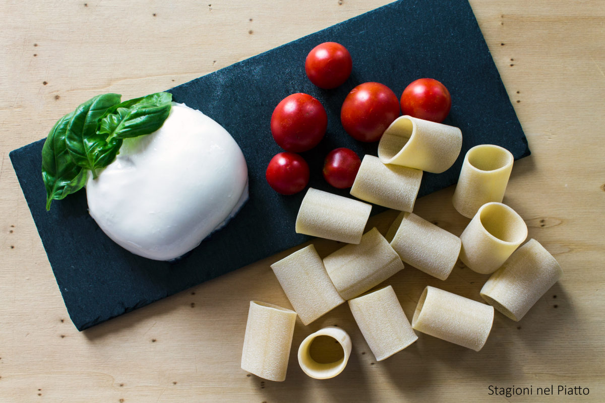 Ingredienti paccheri con pomodorini e burrata