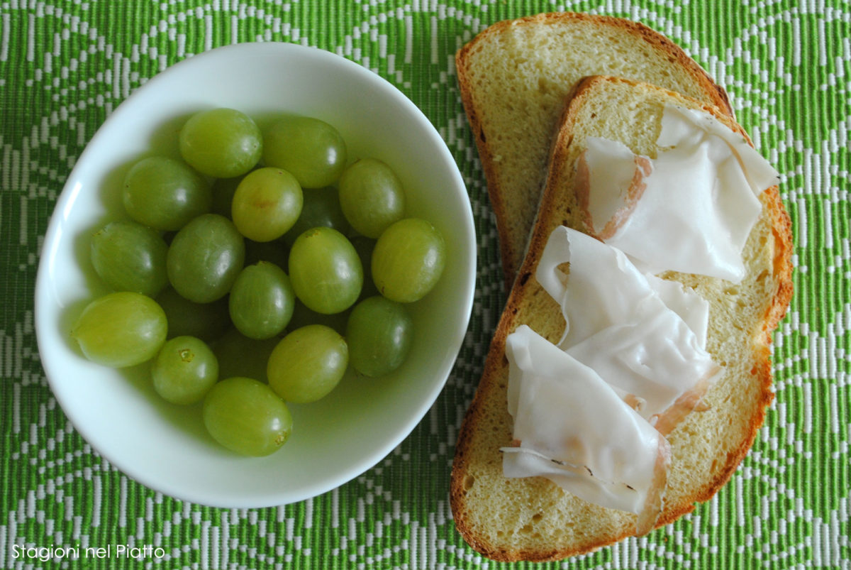 Ingredienti crostone con lardo e uva caramellata