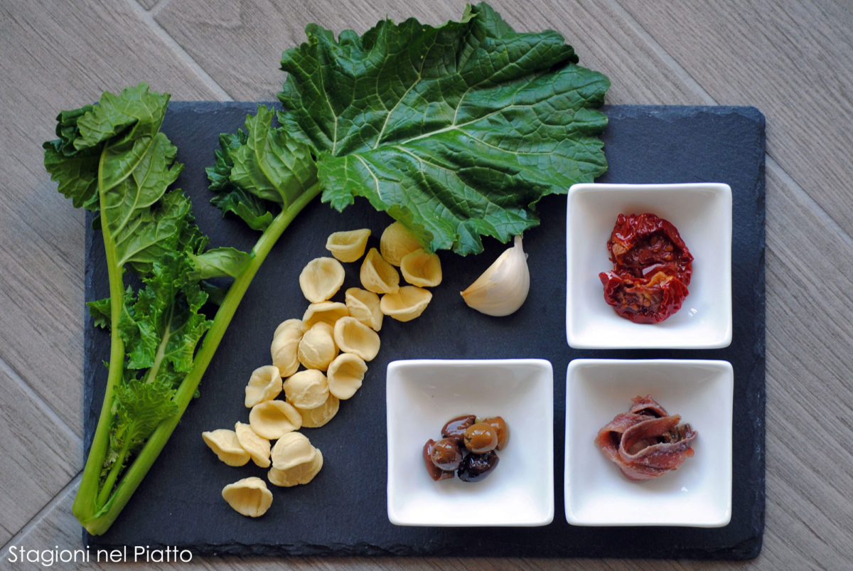 Ingredienti orecchiette con cime di rapa e pomodori secchi