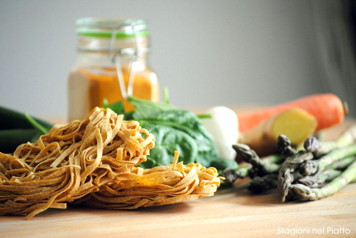 Ingredienti tagliatelle integrali con verdure zenzero e curcuma