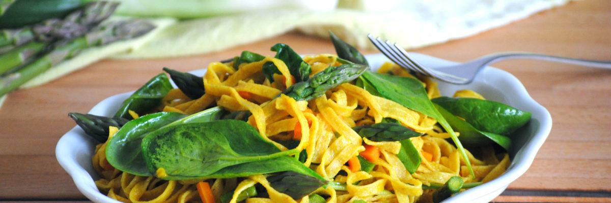 Tagliatelle integrali con verdure, curcuma e zenzero