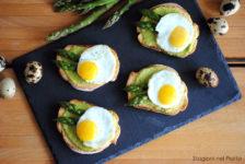 Tartine con asparagi e uova di quaglia