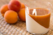 bicchierini di yogurt e albicocche