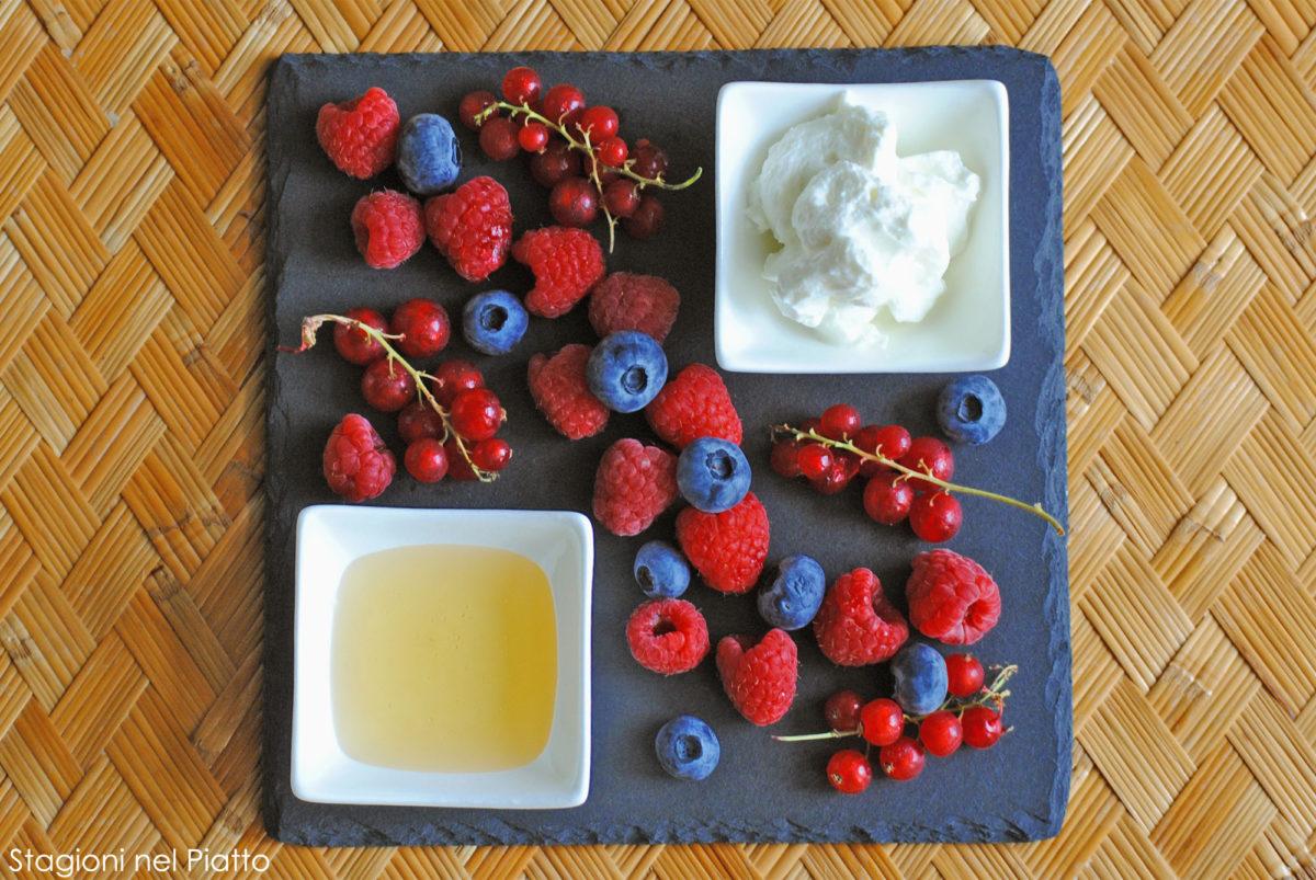 ingredienti crostata di frutti di bosco e crema allo yogurt