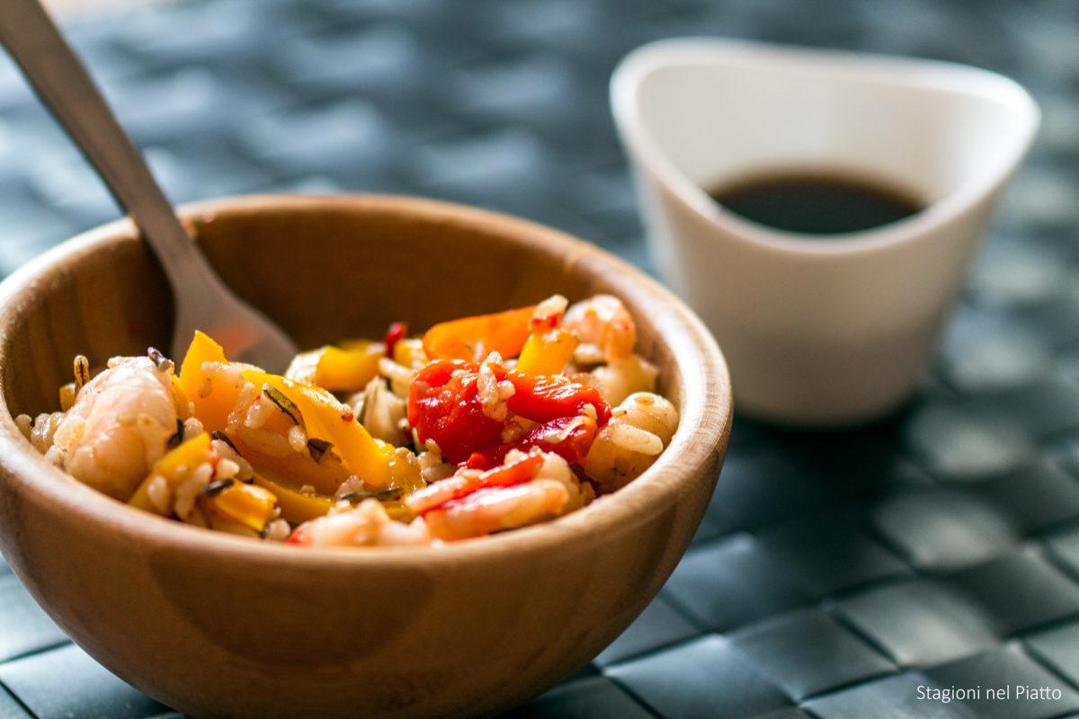 riso integrale con peperoni, gamberi e salsa piccante