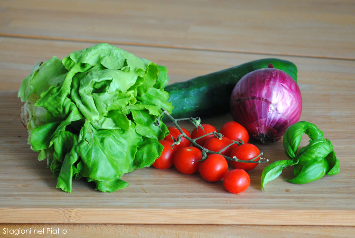Ingredienti gazpacho di pomodori e lattuga