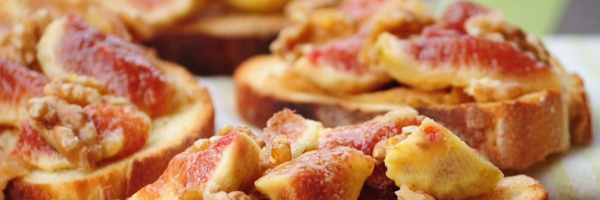 Tartine con fichi, lardo e noci