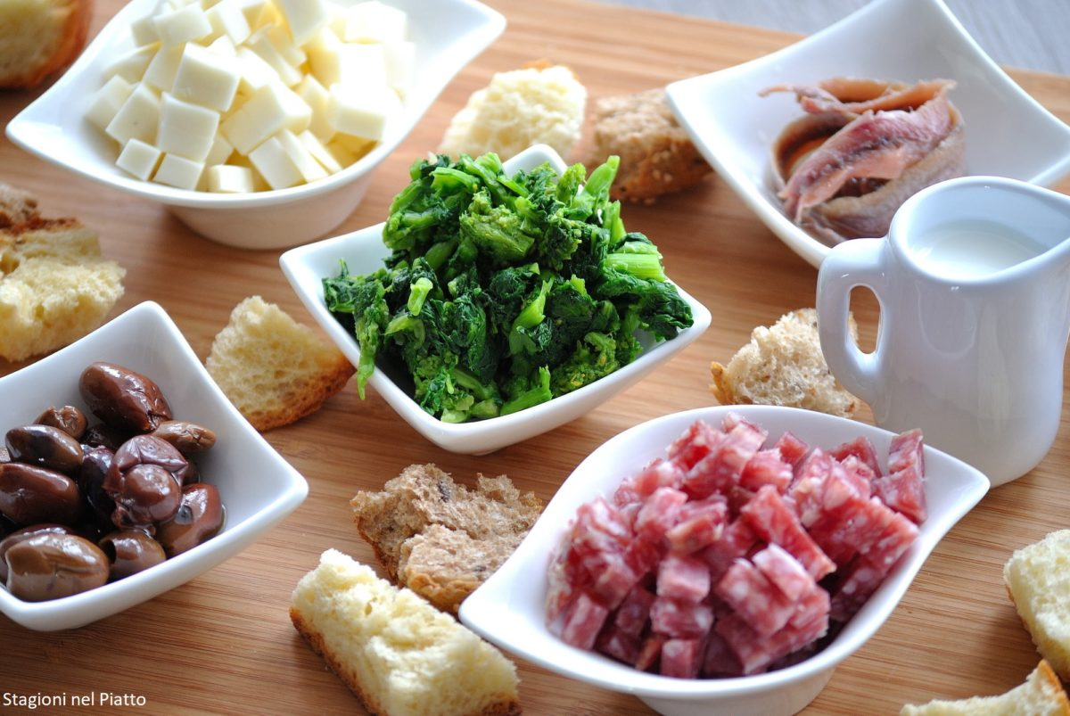 Ingredienti focaccine di pane di riciclo e svuotafrigo