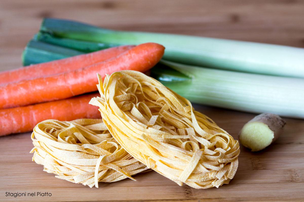 ingredienti tagliatelle con porri, carote e zenzero
