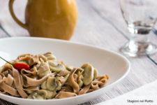 Tagliatelle di castagne con funghi stagioni nel piatto