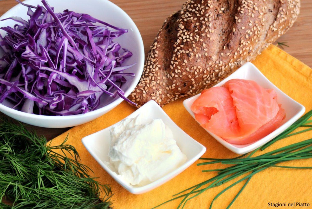 Ingredienti panino con salmone e cavolo rosso