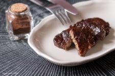 Filetto di maiale al cacao stagioni nel piatto