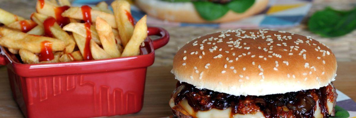 Hamburger con cipolle caramellate e pomodori secchi