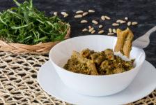Pasta integrale con rucola, pomodorini secchi e pinoli stagioni nel piatto