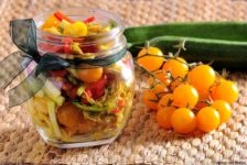 Insalata di pollo al curry con verdure crude