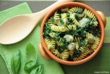 Pasta con spinaci, fave e pesto