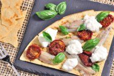 Finta pizza con sardine, stracciatella e pomodori secchi