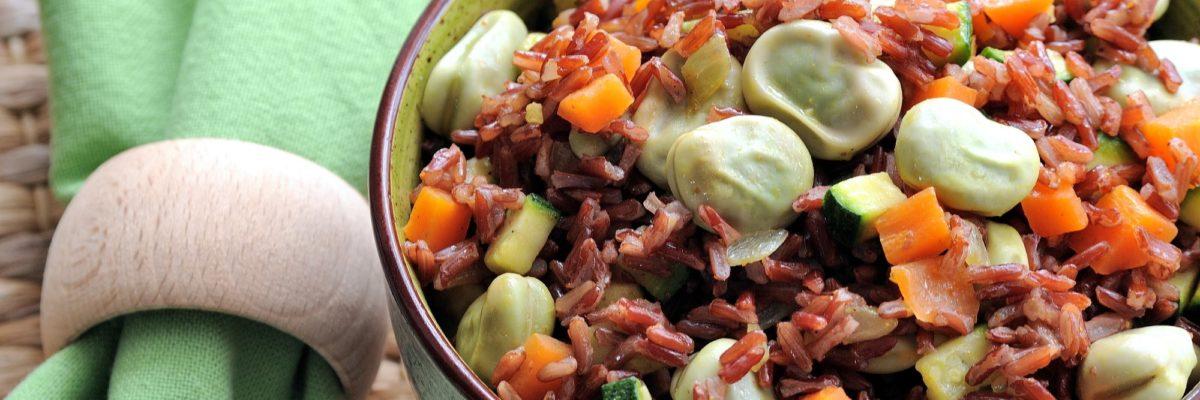 Insalata di riso rosso con fave e verdure croccanti