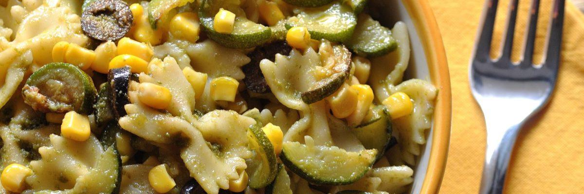 Pasta fredda con zucchine, mais e pesto