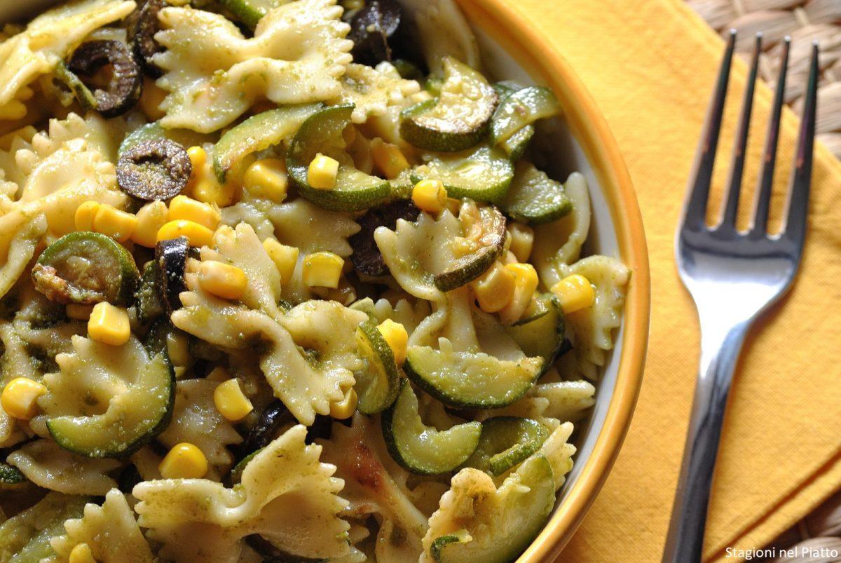 Pasta fredda con zucchine, pesto e mais