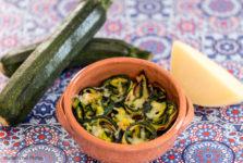 Terrine con zucchine, caciotta e curcuma stagioni nel piatto