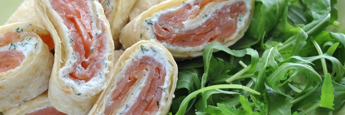 Rotolo di piadina con salmone e salsa all'aneto