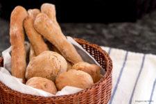 Panini al farro e miele stagioni nel piatto