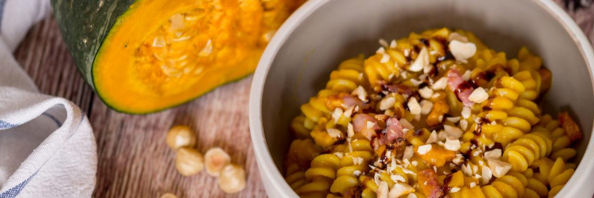 Pasta con zucca, nocciole e pancetta