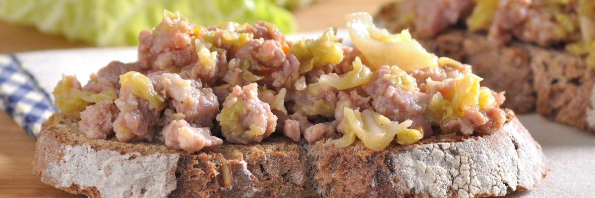 Crostino con verza stufata e salamella
