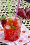 cocktail con fragole e basilico stagioni nel piatto