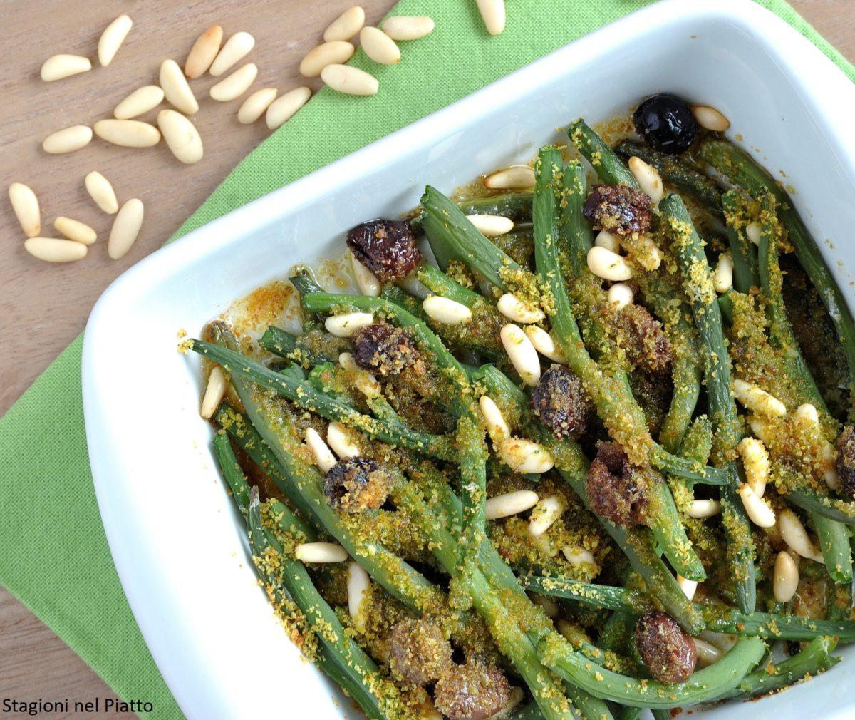 Fagiolini gratinati con olive e pinoli