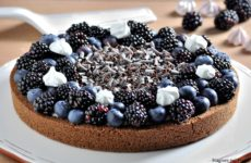 Crostata senza cottura con more e mirtilli