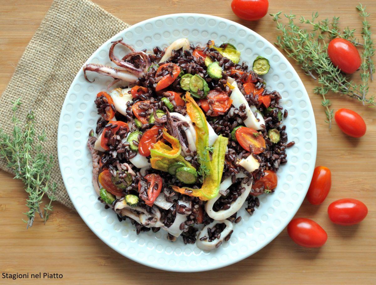 Insalata di riso nero con calamari, pomodori e zucchine