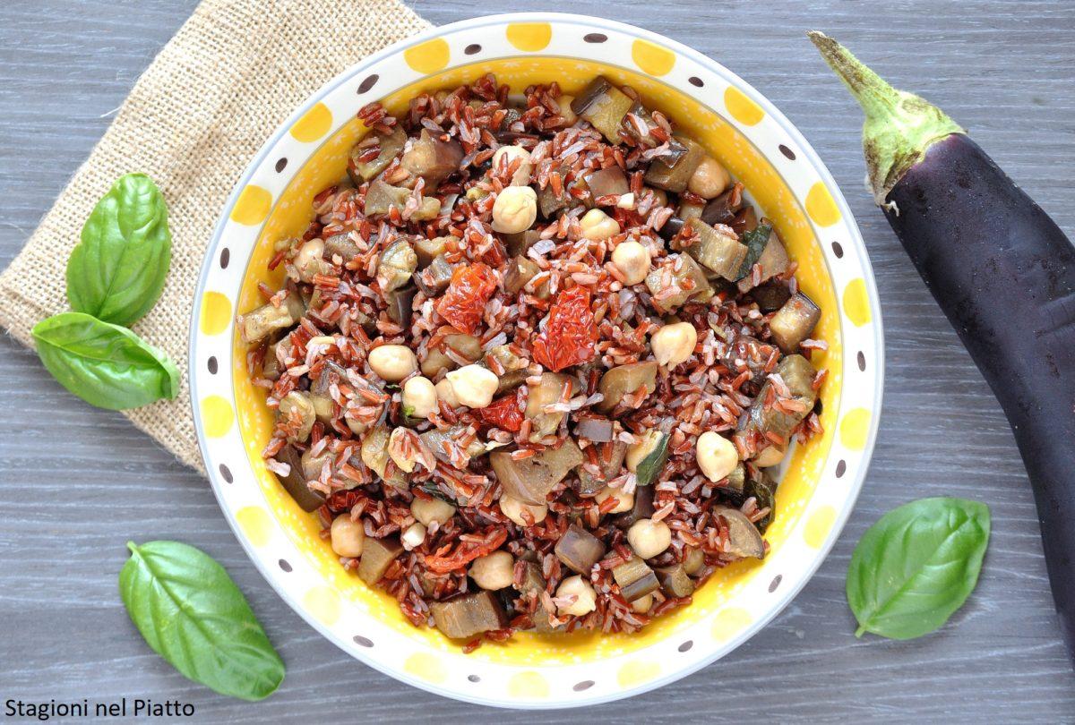 Insalata di riso rosso con melanzane ceci e pomodori secchi