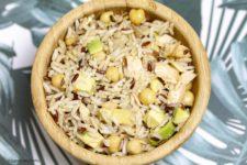 Insalata di riso con salmone, avocado e ceci