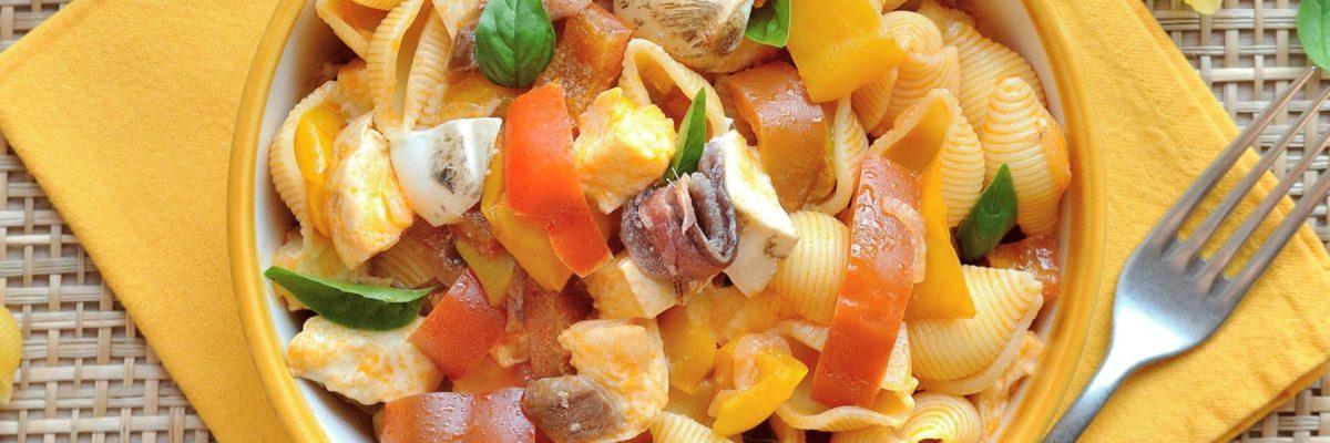 Pasta fredda con peperoni, acciughe e mozzarella di bufala affumicata