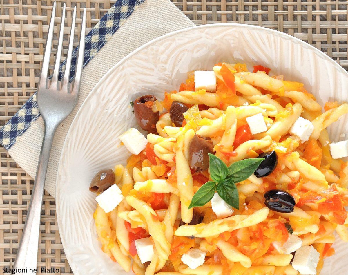 pasta fredda vegetariana con olive e quartirolo