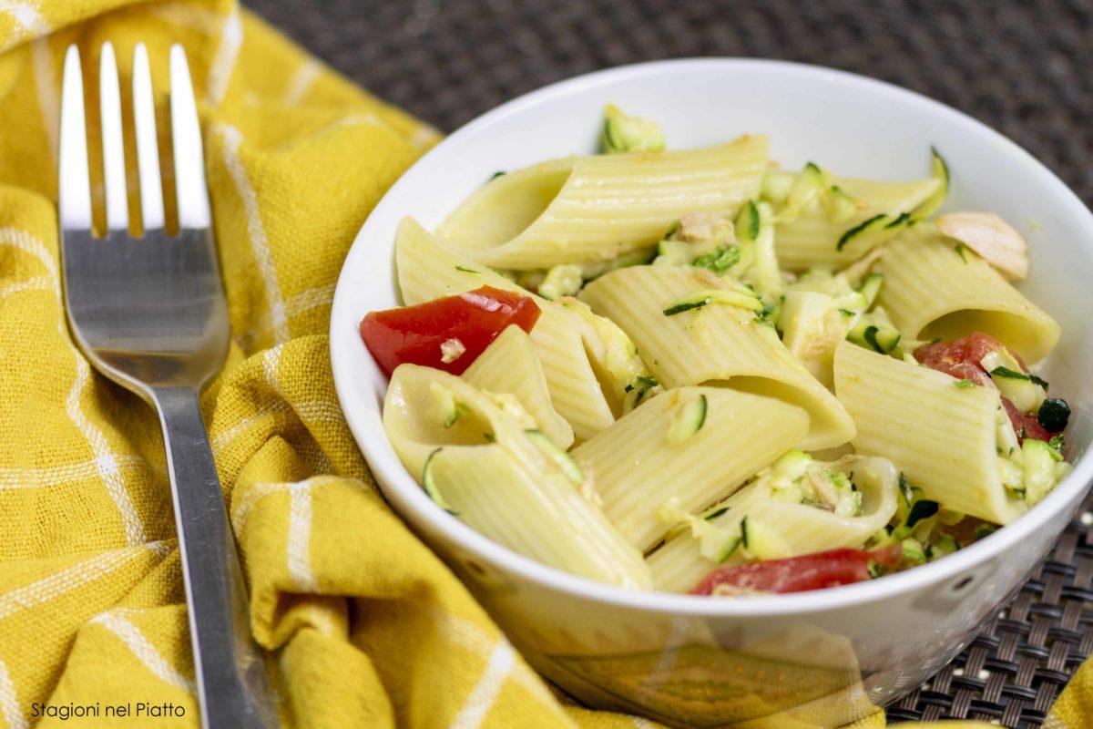 pasta fredda con zucchine, tonno e pomodori