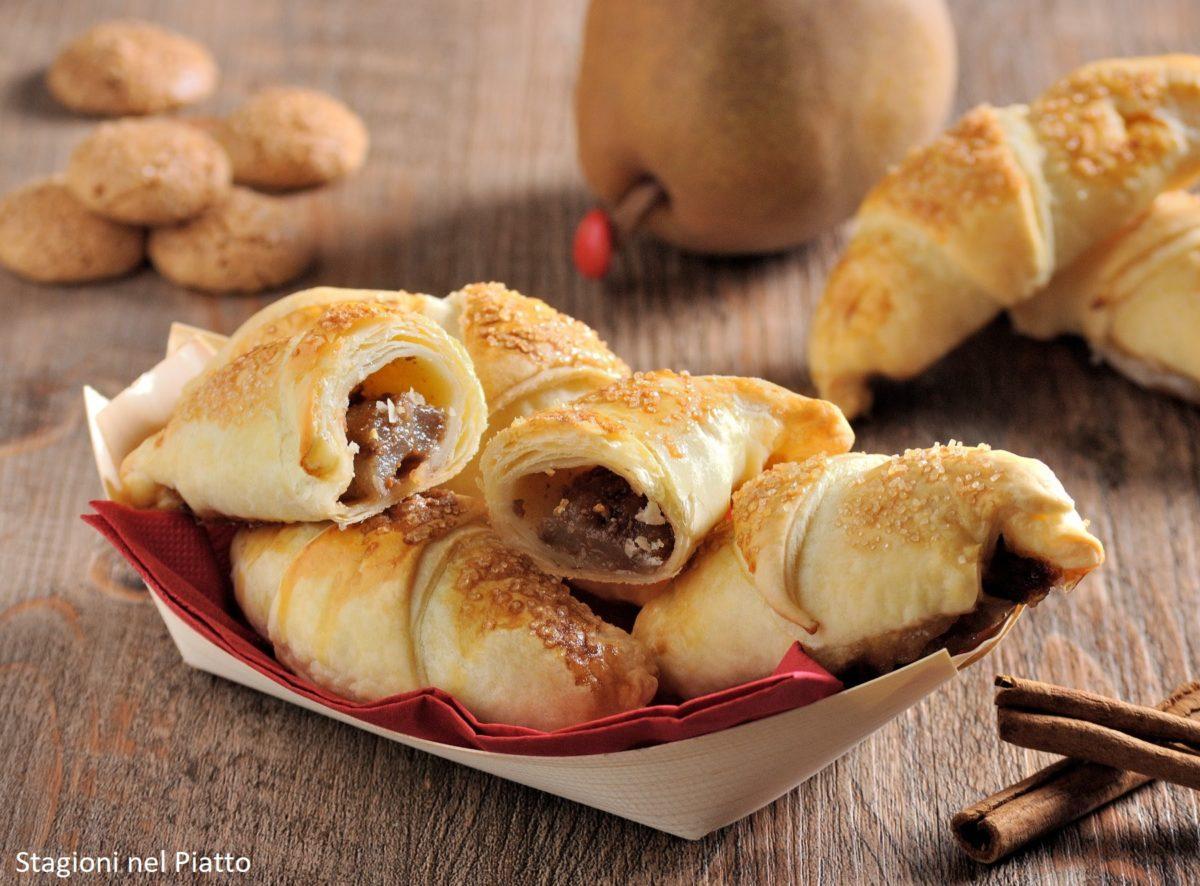 Cornetti di pasta sfoglia farciti alle pere, amaretti e cacao