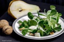 insalata invernale con le pere stagioni nel piatto
