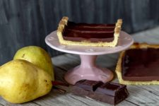 torta con crema di cioccolato e pere stagioni nel piatto