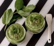 crema fredda di piselli e cetrioli stagioni nel piatto