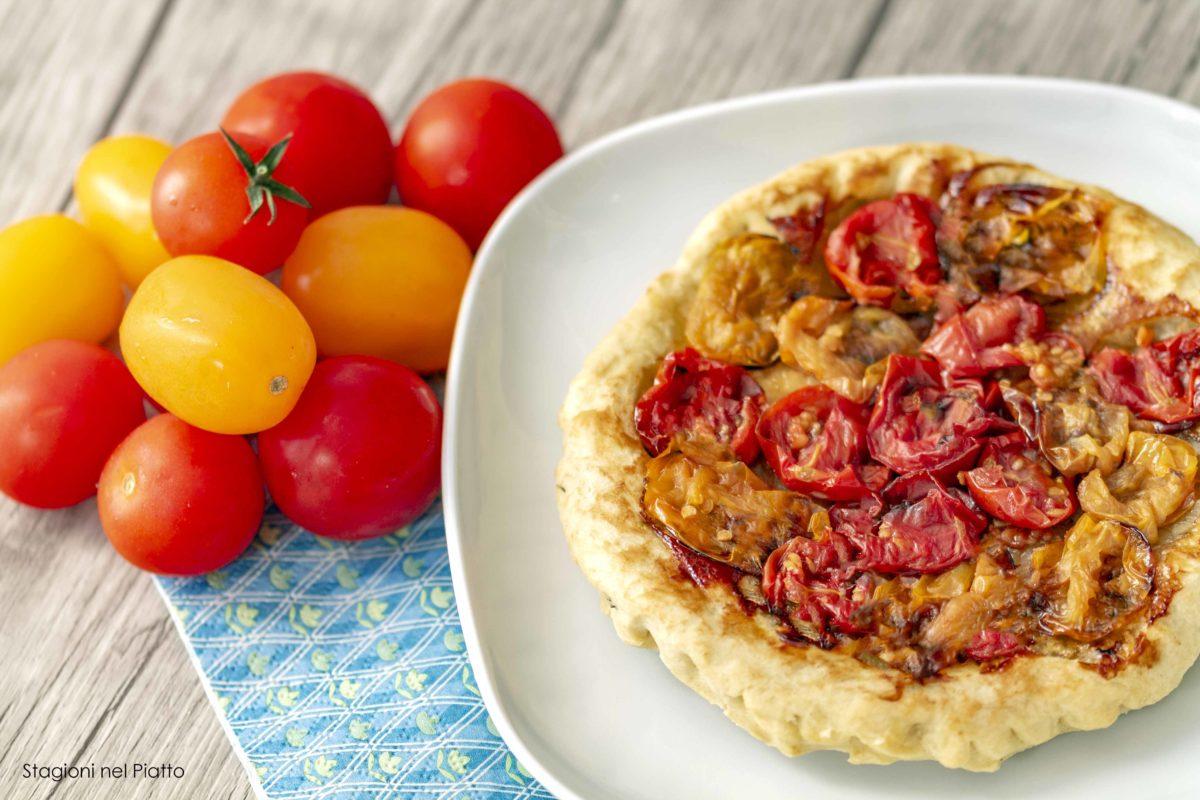 Tarte tatin ai pomodorini stagioni nel piatto