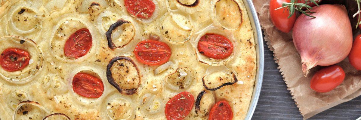 Focaccia con pomodorini e cipolle