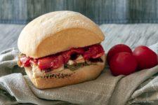 panino con pomodorini caramellati stagioni nel piatto