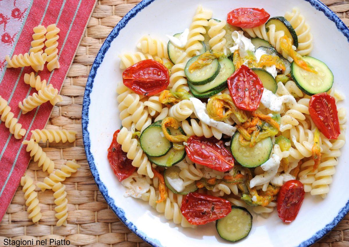 Pasta fredda con fiori di zucca, zucchine e pomodorini confit