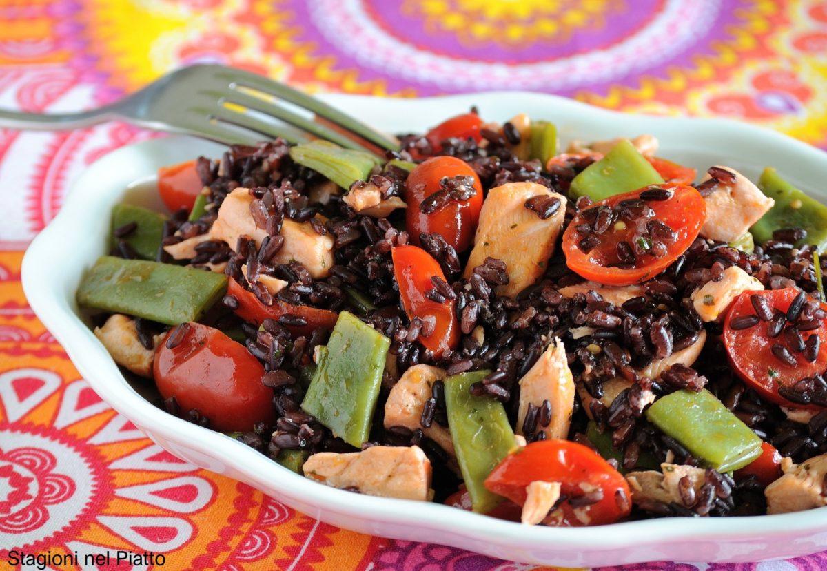riso nero con salmone pomodori taccole