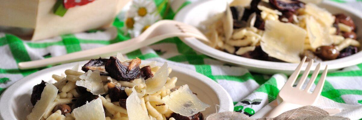 Pasta fredda con cipollotti rossi confit, olive e pecorino