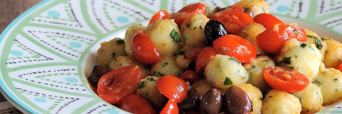 Gnocchi al basilico con pomodorini, olive e capperi